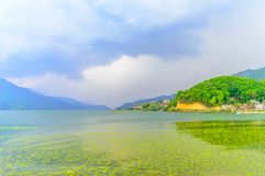 Fotografía de la nube, del lago, de la montaña y de la reflexión cerca del lago Pokhara en Katmandu Nepal Rompa en el retrato, pa Fotografía de archivo libre de regalías