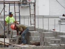 Fotografía de los trabajadores que construyen la pared Fotos de archivo