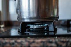 Fotografía de un pote en la estufa fotografía de archivo