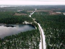 Fotografía del abejón de un camino entre el bosque en invierno Imagenes de archivo