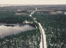 Fotografía del abejón de un camino entre el bosque en el invierno - lo del vintage Fotografía de archivo