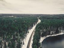 Fotografía del abejón de un camino entre el bosque en el invierno - lo del vintage Imagenes de archivo