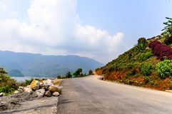 Fotografía del camino vacío con la colina en el cerco cerca del lago Pokhara en Katmandu Nepal Rompa en el retrato, paisaje, pant Foto de archivo libre de regalías