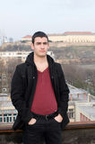 Fotografía del ‡ de Danila MaziÄ en el tejado viejo con una fortaleza y un río Danubio de Petrovaradin del fondo Fotografía de archivo