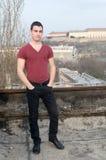 Fotografía del ‡ de Danila MaziÄ en el tejado viejo con una fortaleza y un río Danubio de Petrovaradin del fondo Fotografía de archivo libre de regalías