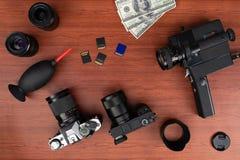 Fotografía del estudio con los ordenadores, las cámaras, los flashes y la lente múltiple fotos de archivo libres de regalías