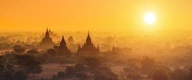 Fotografía del panorama de los templos de Myanmar en Bagan en la puesta del sol