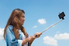 Fotografía del selfie del palillo del monopod del uso de las mujeres de la belleza fotos de archivo libres de regalías
