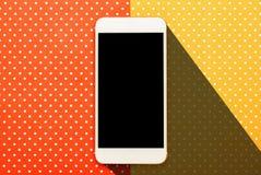 Fotografía elegante del teléfono con el fondo coloreado imagen de archivo libre de regalías