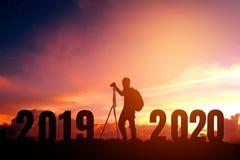 Fotografía joven de la silueta feliz por 2020 Años Nuevos fotografía de archivo libre de regalías