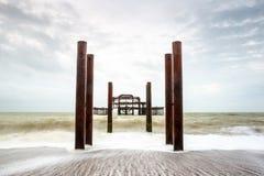 Fotografía larga atmosférica y cambiante de la exposición de las ruinas de viejo Brighton West Pier en Brighton, Sussex del este Foto de archivo libre de regalías