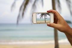 Fotografía móvil de la pantalla del teléfono celular de una playa Imagen de archivo libre de regalías
