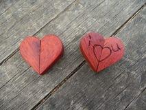 Fotografía macra de dos corazones de madera Fotos de archivo libres de regalías