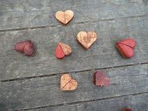 Fotografía macra de varios corazones de madera Foto de archivo