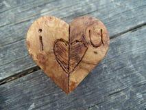 Fotografía macra del corazón de madera de Brown con los bordes tallados Fotografía de archivo