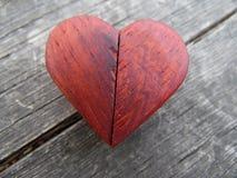 Fotografía macra del corazón de madera rojo Imágenes de archivo libres de regalías