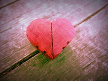 Fotografía macra del corazón de madera rojo con los bordes tallados Imagen de archivo libre de regalías