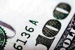 Fotografía macra un cierre para arriba, detalle del billete de dólar 100 Foto de archivo