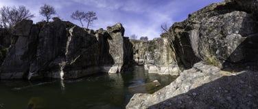 Fotografía panorámica del barranco a través del cual los flujos del río de Lozoya, Madrid, España fotos de archivo