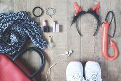 Fotografía plana de la endecha con los accesorios de Halloween, cosméticos, esse Imagenes de archivo