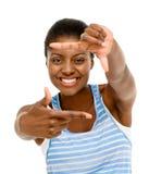 Fotografía que enmarca de la mujer afroamericana bonita usando el aislador de la mano Foto de archivo