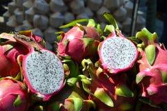 Fotografía seccionada transversalmente madura del detalle de la fruta tropical del pitaya Foto de archivo libre de regalías