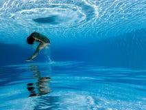 Fotografía subacuática: La mujer que salta en piscina imágenes de archivo libres de regalías