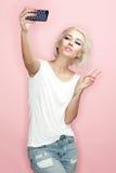 Fotografían al Blonde en un fondo rosado Imagen de archivo