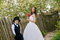 Fotografían al muchacho elegante así como una novia elegante Imagen de archivo libre de regalías