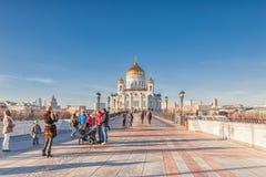 Fotografían a la gente en el puente de Patriarshy cerca de la catedral Fotos de archivo libres de regalías