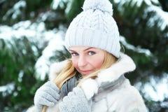 Fotografían a la muchacha joven, hermosa, en el invierno frío en parque fotografía de archivo libre de regalías