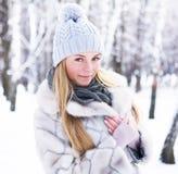 Fotografían a la muchacha joven, hermosa, en el invierno frío en parque fotos de archivo libres de regalías