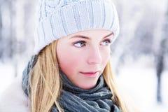 Fotografían a la muchacha joven, hermosa, en el invierno frío en parque foto de archivo