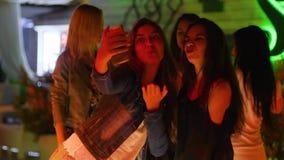 Fotografían a los mejores amigos en el teléfono móvil a la sala de baile almacen de metraje de vídeo