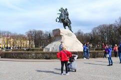 Fotografían a los turistas cerca del monumento a Peter el grande, StPetersburg, Rusia Imagen de archivo