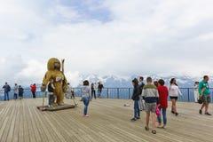 Fotografían a los turistas en la plataforma de observación de la estación de esquí Fotografía de archivo libre de regalías