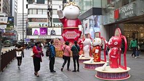 Fotografían a los turistas entre el símbolo del Año Nuevo chino Imagen de archivo libre de regalías