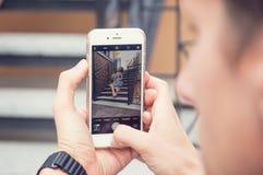 Fotografías de un hombre en el teléfono su querido Escalera borrosa en el fondo imagen de archivo libre de regalías