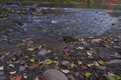 Fotografías largas de la exposición del río rodante con el follaje de otoño fotografía de archivo