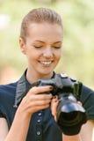Fotografías sonrientes de la mujer joven en cámara Fotos de archivo