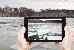 Fotografías turísticas de la flotación del hielo en el río imagenes de archivo