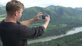 Fotografías turísticas las montañas del verano de Altai en verano metrajes