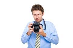 Fotograf überprüft Fotos auf seiner dslr Kamera Lizenzfreie Stockbilder