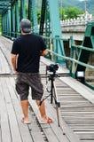 Fotograf auf Brücke über Pai River bei Pai bei Mae Hong Son Thailand lizenzfreies stockbild