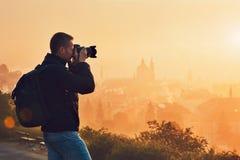 Fotograf bei dem Sonnenaufgang Stockbild