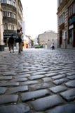 Fotograf bei der Arbeit über eine alte Stadtstraße Lizenzfreies Stockfoto