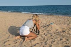 Fotograf bei der Arbeit, Schmuckphotographie auf dem Strand Lizenzfreies Stockbild