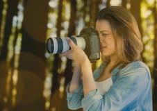 fotograf bierze fotografię w lasowej zieleni i koloru żółtego bokeh nasunięciu Zdjęcia Royalty Free