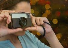 fotograf bierze fotografię z rocznik kamerą (przedpole) Kolory zamazujący światła behind Obraz Stock
