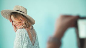 Fotograf bierze obrazek młoda dziewczyna na turkusie z powrotem zbiory